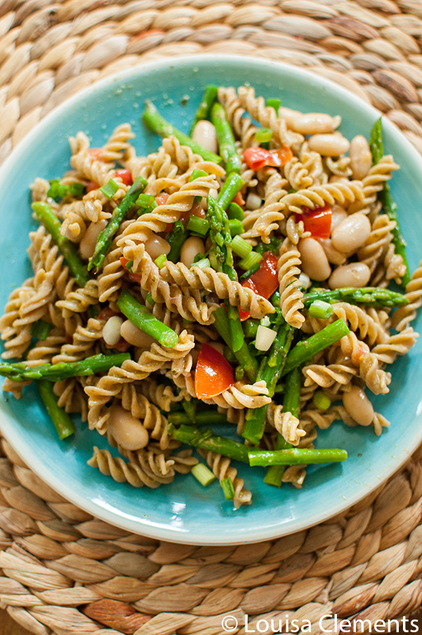 Asparagus and White Bean Pesto Pasta is the perfect light spring vegetarian dinner. | livinglou.com