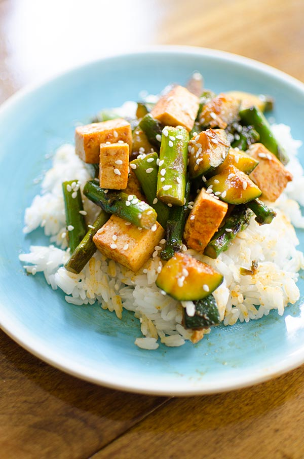 This asparagus, zucchini and tofu stir-fry is healthy vegetarian dinner perfect for the spring and summer. | livinglou.com