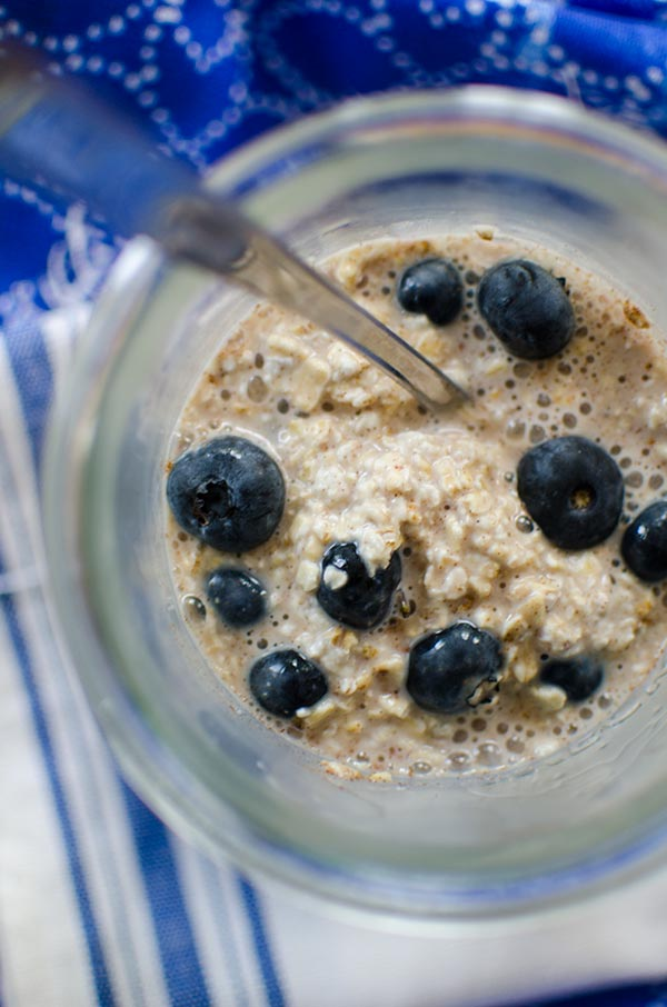 Make breakfast the night before with this recipe for blueberry overnight oats. | livinglou.com