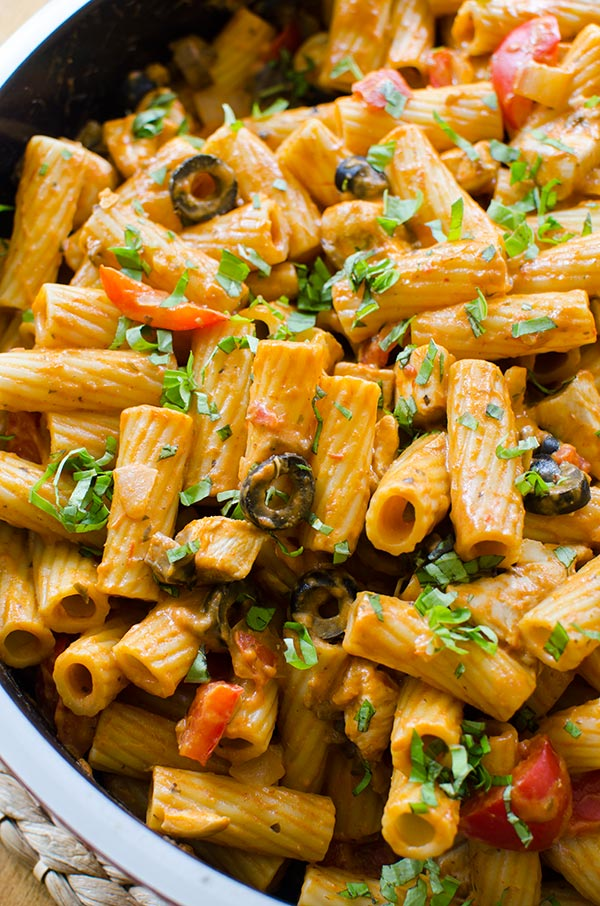 A delicious chicken rigatoni with red peppers, mushrooms and olives.   livinglou.com