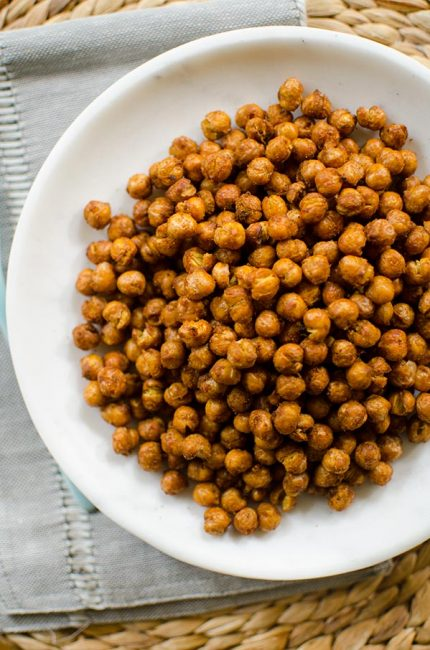Crispy chickpeas flavoured with tandoori spice made in the Airfryer. | livinglou.com