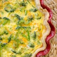 The perfect brunch recipe for broccoli and cheddar quiche. | livinglou.com