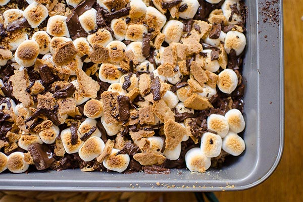S'mores rice krispie treats with chocolate and graham crackers are the ultimate easy dessert. | livinglou.com