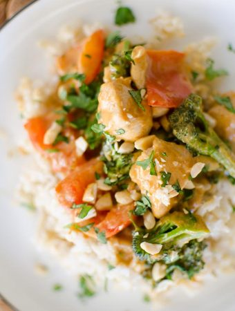 A quick dinner recipe for peanut chicken stir fry with a creamy coconut peanut sauce, broccoli and red peppers. | livinglou.com